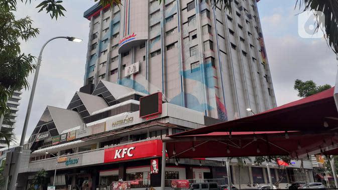 Suasana kawasan pertokoan di Gedung Sarinah, Jalan MH Thamrin, Jakarta, Selasa (12/5/2020). Pembangunan Gedung Sarinah digagas oleh Presiden pertama RI, Ir Soekarno dan akan segera direnovasi dengan anggaran senilai Rp700 miliar pada Juni 2020. (Liputan6.com/Helmi Fithriansyah)