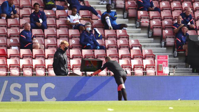 Wasit David Coote memeriksa layar VAR selama pertandingan Liga Premier Inggris antara Southampton dan Tottenham Hotspur di Stadion St. Mary, Southampton, Inggris, Minggu (20/9/2020). Tottenham menekuk Southampton 5-2, Son Heung-min menyumbang empat gol. (Cath Ivill/Pool via AP)