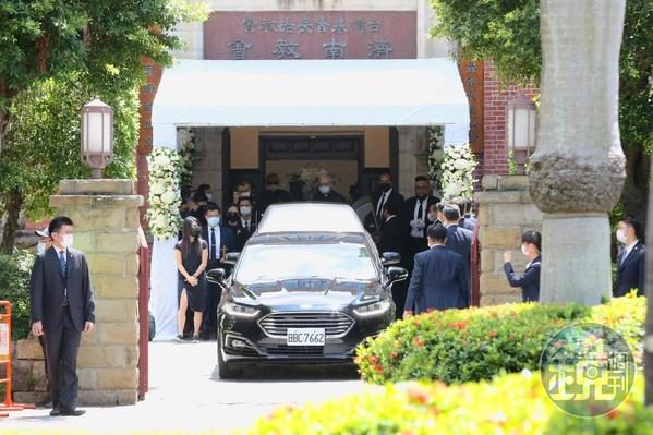 禮拜結束後,李登輝家屬搭車跟著車隊前往二殯。
