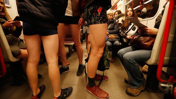 Seorang peserta mengambil bagian dalam acar tahunan No Pants Subway Ride di Praha, Republik Ceko pada Minggu (12/1/2020). New York menjadi kota pertama yang menghajat acara naik kereta tanpa celana ini sejak tahun 2002. (AP Photo/Petr David Josek)