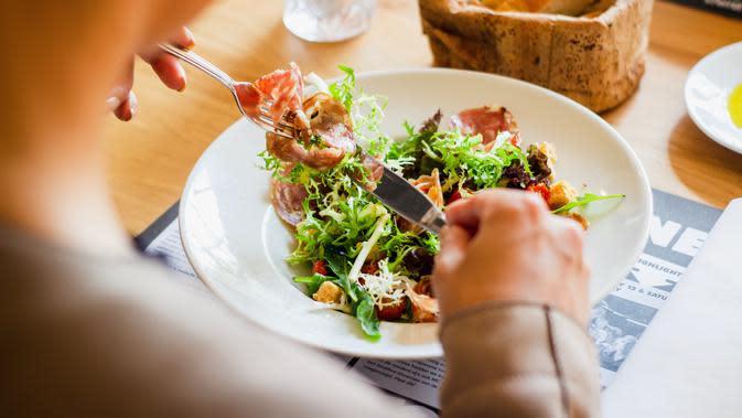 ilustrasi diet makan sayur/Photo by Louis Hansel on Unsplash