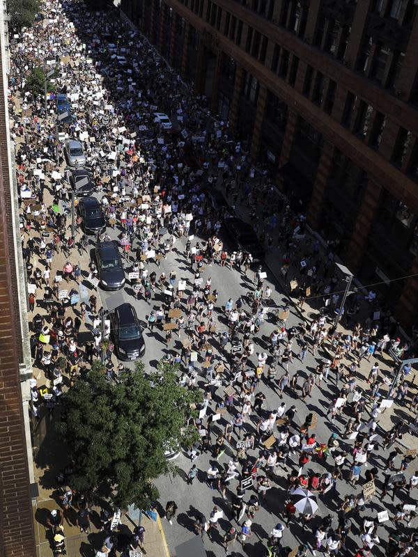 Pengunjuk rasa memenuhi jalanan saat memprotes kematian George Floyd di St. Louis, Missouri, Amerika Serikat, Minggu (7/6/2020). Gelombang protes atas kematian George Floyd terus mengguncang Amerika Serikat. (AP Photo/Jeff Roberson)