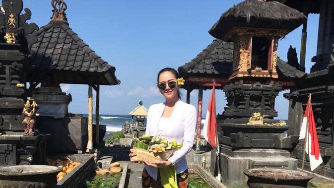 Aura Kasih pakai baju adat Bali (Instagram/aurakasih)