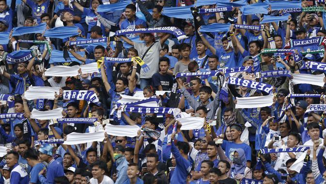 Suporter Persib Bandung, Bobotoh, memberi dukungan saat melawan Sriwijaya FC pada laga Grup A Piala Presiden di Stadion GBLA, Bandung, Selasa (16/1/2018). Persib menang 1-0 atas Sriwijaya FC. (Bola.com/M Iqbal Ichsan)