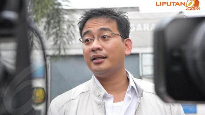 Komisaris Polisi Brotoseno adalah mantan penyidik Komisi Pemberantasan Korupsi yang dikabarkan dekat dengan Angelina Sondakh