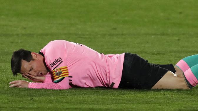 Striker Barcelona, Lionel Messi, meringis kesakitan saat melawan Getafe pada laga Liga Spanyol di Stadion Coliseum Alfonso Perez, Minggu (18/10/2020). Barcelona takluk dengan skor 1-0. (AP/Manu Fernandez)
