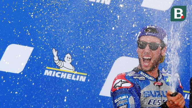 Alex Rins merayakan kemenangannya di MotoGP Aragon di Sirkuit Aragon, Alcaniz, Spanyol, Minggu (18/10/2020). (Jose Jordan/AFP)