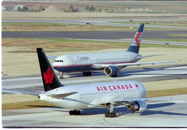 Colisão entre aviões em solo assusta passageiros no Canadá