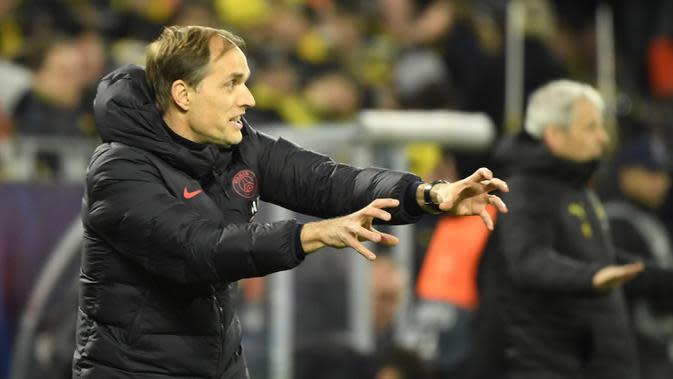 Pelatih PSG Thomas Tuchel, memberikan arahan kepada pemainnya saat menghadapi Borussia Dortmund di 16 besar musim ini. (AFP/Ina Fassbender)