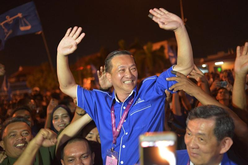 BN's Datuk Seri Wee Jeck Seng celebrates after winning the Tanjung Piai by-election, November 16, 2016. — Picture by Shafwan Zaidon