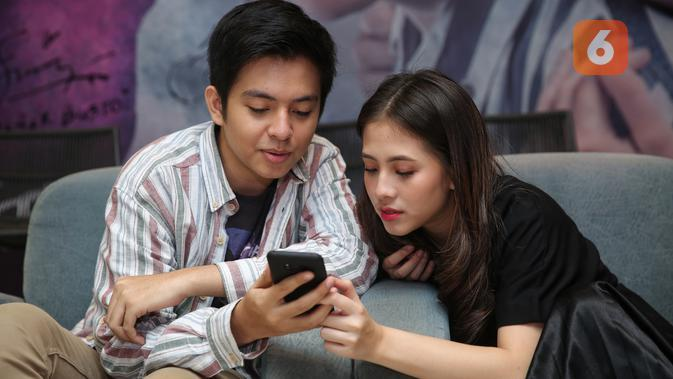 Angga Aldi Yunanda dan Adhisty Zara saat jumpa pers film Mariposa di kantor Falcon Pictures di bilangan Duren Tiga, Jakarta Selatan, Senin (10/2/2020). (Adrian Putra/Fimela.com)