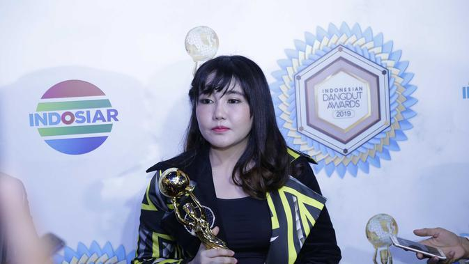 Pada malam penghargaan yang digelar di kawasan Daan Mogot, Jakarta Barat, Kamis (7/11) pelantun lagu Meraih Bintang itu terlihat sedikit berbeda. (Bayu Herdianto/© KapanLagi.com)