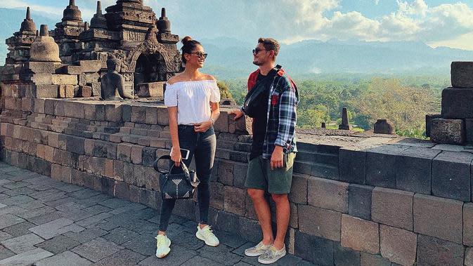 Seperti yang disiarkan sebelumnya, Bunga Jelitha dan Syamsir Alam hanya menggelar akad nikah. Mereka terpaksa menunda pesta resepsi terkait kondisi yang tidak memungkinkan untuk sekarang ini. (Instagram/bungajelitha66)