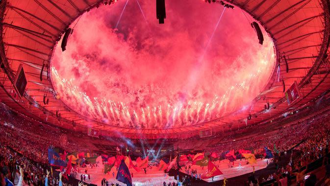 Kembang api menandai suasana kemeriahan saat penutupan Paralimpiade Rio 2016 di Stadion Maracana, Rio de Janeiro, Brasil, (19/9/2016) WIB. (AFP/Simon Bruty for OIS/IOC)