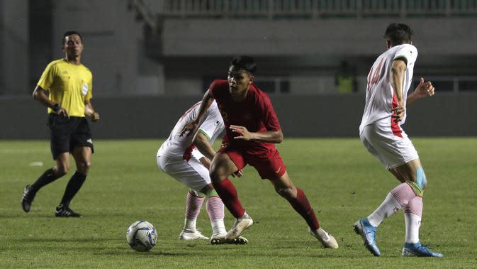 Gelandang Timnas Indonesia U-22, Rachmt Irianto, berusaha melewati pemain Timnas Iran U-23 pada laga uji coba internasional di Stadion Pakansari, Bogor, Sabtu (16/11). Indonesia menang 2-1 atas Iran. (Bola.com/Yoppy Renato)