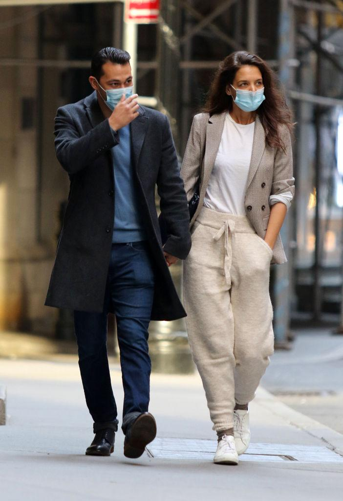Katie Holmes wore $70 joggers from Mango during an outing with boyfriend, Emilio Vitolo Jr. Image via Getty Images.