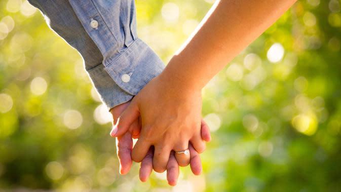 ilustrasi menggenggam tangan/Photo by Ryan Franco on Unsplash