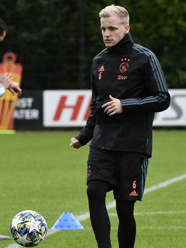 Gelandang Ajax, Danny van de Beek mengontrol bola selama sesi latihan di Amsterdam (22/10/2019). Ajax akan bertanding melawan wakil Inggris, Chelsea pada Grup H Liga Champions di Johan Cruijff Arena. (AFP Photo/John Thys)