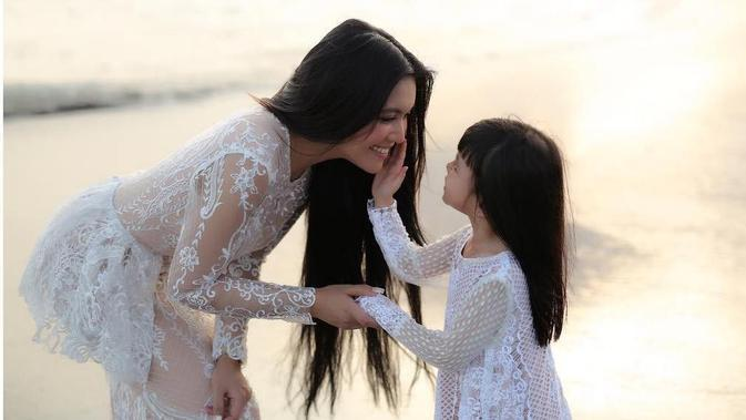 Denada menjelaskan sampai pada akhirnya merilis lagu yang ditulis putrinya tersebut. Ia berharap, saat besar nanti, putrinya mengingat salah satu momen dalam hidupnya. (instagram/denadaindonesia)