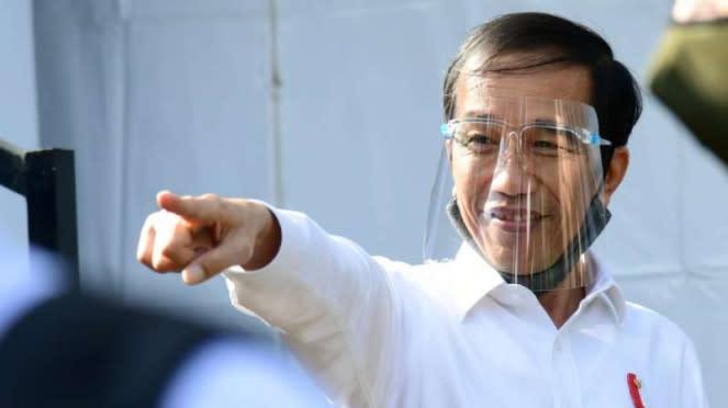 Presiden Joko Widodo mengenakan face shield atau pelindung wajah untuk pencegahan penularan virus corona saat meninjau Pasar Pelayanan Publik di Banyuwangi, Jawa Timur, Kamis sore, 25 Juni 2020.