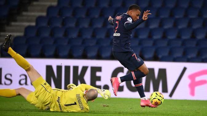 Penyerang PSG, Kylian Mbappe, berusaha mencetak gol ke gawang Angers pada laga lanjutan Liga Prancis di Parc des Princes Stadium, Sabtu (3/10/2020) dini hari WIB. PSG menang 6-1 atas Angers. (AFP/Franck Fife)