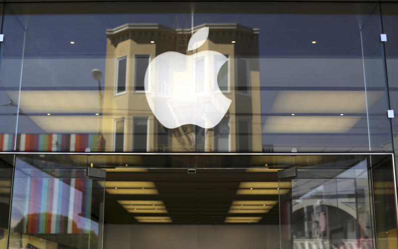 The Apple logo is pictured on the front of a retail store in the Marina neighborhood in San Francisco, California April 23, 2014. The company is set to announce its first quarter earnings. REUTERS/Robert Galbraith (UNITED STATES - Tags: BUSINESS SCIENCE TECHNOLOGY)