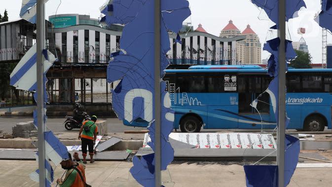 Sisa pecahan kaca masih terlihat di halte transjakarta Senen, Jakarta, Jumat (9/10/2020). Unjuk rasa menentang disahkannya Omnibus Law UU Cipta Kerja berujung aksi anarkis merusak berbagai fasilitas umum pada Kamis malam (8/10). (Liputan6.com/Helmi Fithriansyah)