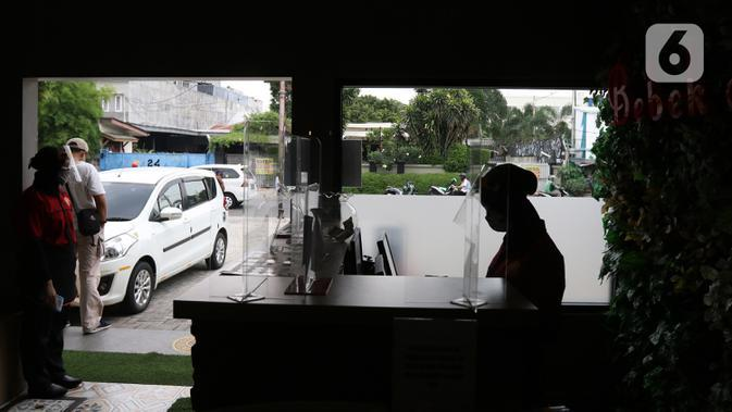 Pramusaji menunggu pengunjung di restoran Bebek Kaleyo, Kemanggisan, Jakarta, Senin (12/10/2020). Pada penerapan kembali masa PSBB Transisi Jakarta, restoran dan cafe diperbolehkan melakukan pelayanan makan di tempat dengan protokol kesehatan yang ketat. (Liputan6.com/Herman Zakharia)