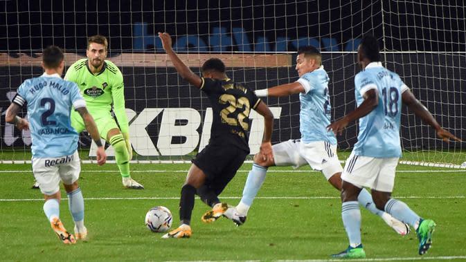 Gelandang Barcelona, Ansu Fati, berusaha melewati pemain Celta Vigo pada laga lanjutan Liga Spanyol di Stadion Balaidos, Jumat (2/10/2020) dini hari WIB. Barcelona menang 3-0 atas Celta Vigo. (AFP/Miguel Riopa)