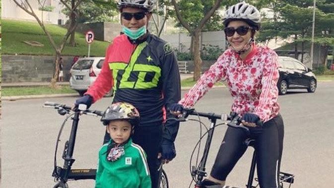 Uut Permatasari dan keluarga gowes bareng (Sumber: Instagram/uutpermatasari)