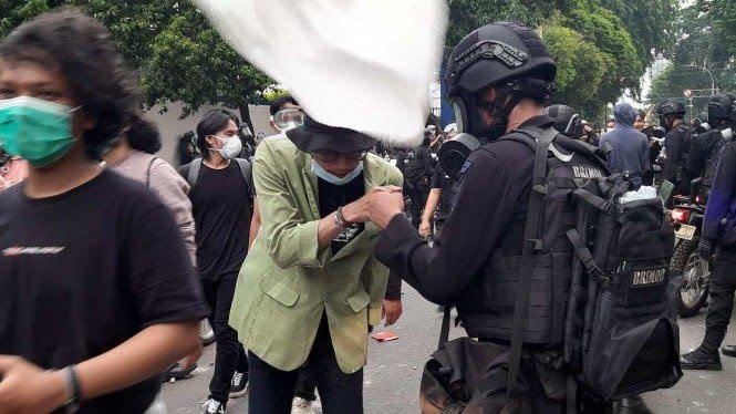 Sempat Ricuh, Polisi dan Massa Pengunjuk Rasa Berakhir dengan Salam