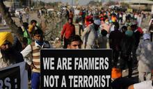 印度新農業政策引發抗議 農民2暖心舉動撫慰鎮暴警察