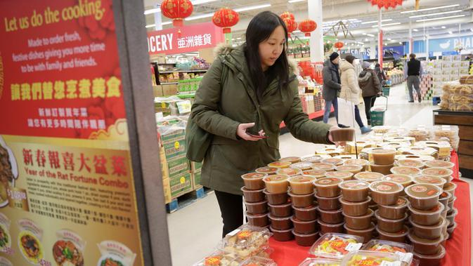 Para pelanggan berbelanja untuk menyambut Tahun Baru Imlek yang akan segera tiba di Pasar Swalayan Pricesmart di Vancouver, Kanada, 14 Januari 2020. Warga di Kanada membeli sejumlah keperluan khusus untuk menyambut Tahun Baru Imlek yang tahun ini jatuh pada 25 Januari. (Xinhua/Liang Sen)