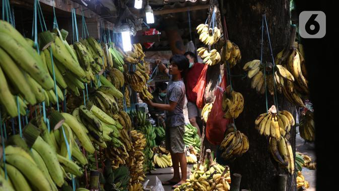 Aktivitas jual beli pisang di Pasar Lembang, Tangerang, Sabtu (3/10/2020). Pandemi Covid-19 berdamak pada permintaan pisang di pasar tersebut yang mengalami penurunan. (Liputan6.com/Angga Yuniar)