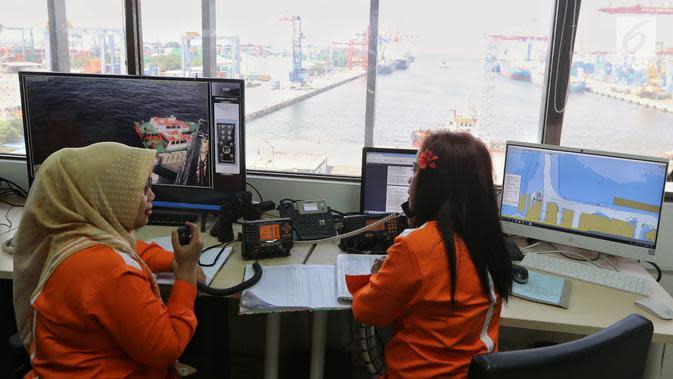 Pekerja IPC menjelaskan sistem penerapan aplikasi MOS pelayanan kapal pandu atau tunda di Pelabuhan Tanjung Priok, Jakarta, Selasa (12/2). PT Pelindo II mulai menerapkan pelayanan aplikasi MOS. (Liputan6.com/Johan Tallo)