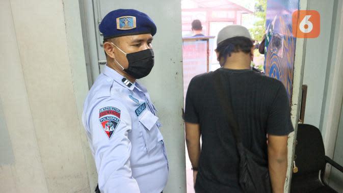 Seorang sipir Lapas Klas II A Palu berjaga di pintu utama Lapas. Pemeriksaan ketat pengunjung, termasuk suhu tubuh diterapkan Lapas Klas II A Palu sejak pandemi Covid-19, Rabu (13/5/2020). (Foto: Liputan6.com/ Heri Susanto).