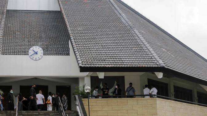 Suasana pelayat pelepasan jenazah Glenn Fredly di Gereja Sumber Kasih, Lebak Bulus, Jakarta, Kamis (9/4/2020). Kepergian Glenn Fredly menyisakan kepedihan mendalam bagi para sahabat. (Liputan6.com/Faizal Fanani)