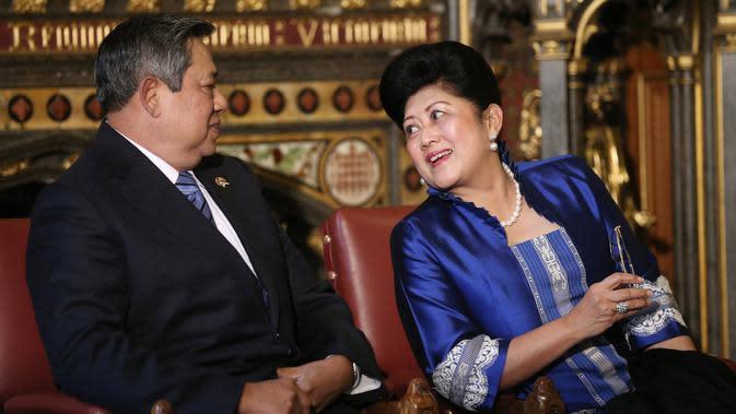 Presiden ke-6 RI Susilo Bambang Yudhoyono (SBY) duduk bersama istri, Ani Yudhoyono usai menyampaikan pidato dalam kunjungan kenegaraan di Istana Westminster, London, Inggris, 1 November 2012. (AFP PHOTO/POOL/Oli Scarff)