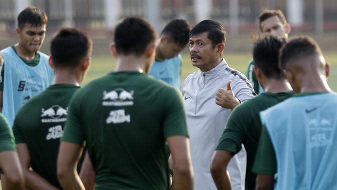 Pelatih Timnas Indonesia U-23, Indra Sjafri, saat latihan jelang SEA Games 2019 di Lapangan ABC, Senayan, Jakarta, Kamis (3/10). Latihan kali ini Timnas fokus dalam memperbaiki taktik dalam bertahan. (Bola.com/M Iqbal Ichsan)