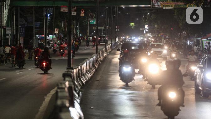Kondisi lalu lintas pada malam takbiran di Jalan KH Mas Mansyur, Jakarta, Sabtu (23/5/2020). Polisi dikerahkan menjaga Jalan KH Mas Mansyur untuk mengantisipasi adanya takbir keliling di kawasan tersebut. (Liputan6.com/Faiza Fanani)