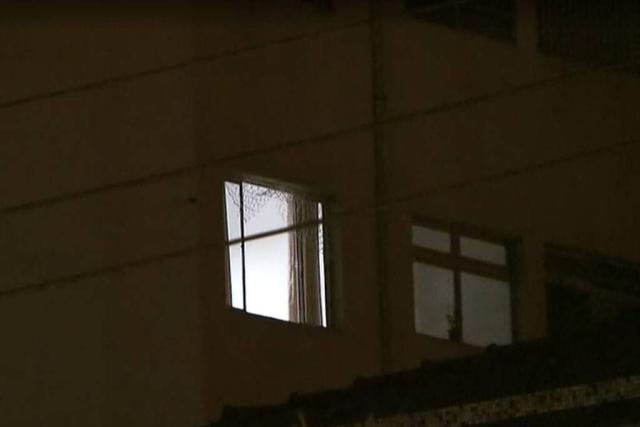 Mãe jogou a criança pela janela do 5º andar de um prédio e, após a entrada do Corpo de Bombeiros na residência, também se jogou. (Foto: Reprodução/TV Globo)
