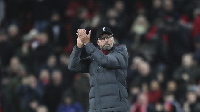 Pelatih Liverpool, Jurgen Klopp bertepuk tangan merayakan kemenangan timnya usai pertandingan melawan Everton pada Liga Inggris di Stadion Anfield, Rabu (4/12/2019). Liverpool menang telak 5-2 atas Everton. (AP Photo/Jon Super)