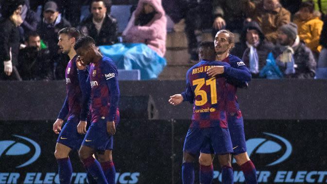 Penyerang Barcelona, Antoine Griezmann (kanan) merayakan gol yang dicetaknya ke gawang UD Ibiza pada pertandingan babak 32 besar Copa del Rey 2019-2020 di Estadi Municipal de Can Misses, Rabu (21/1/2020). Barcelona harus bersusah payah untuk mengalahkan Klub Segunda B UD Ibiza 2-1. (JAIME REINA/AFP)