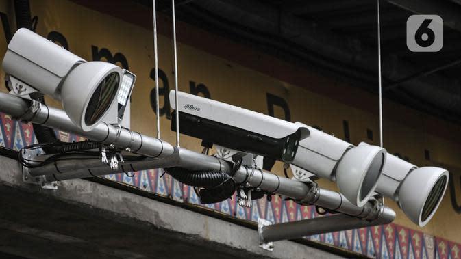 Kamera tilang elektronik atau Electronic Traffic Law Enforcement (ETLE) di Jalan Margonda Raya, Depok, Jawa Barat, Minggu (11/10/2020). Satlantas Polresta Depok akan memberlakukan sistem tilang elektronik pengendara mobil dan motor 1 November 2020. (merdeka.com/Iqbal S. Nugroho)