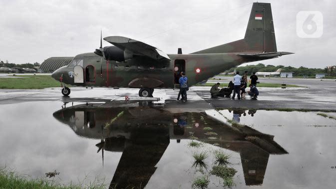 Tim TNI AU dan BPPT saat bersiap melakuka operasi TMC dengan pesawat Cassa 212-200 di Lanud Halim Perdanakusuma, Jakarta (9/1/2020). Operasi TMC yang akan berlangsung hingga 12 Januari mendatang diharapkan mampu mengurangi intensitas hujan lebat di Jabodetabek. (merdeka.com/Iqbal S. Nugroho)