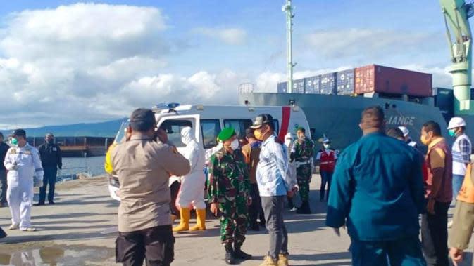 Tim medis dari Gugus Tugas penanganan Corona Covid-19 Sikka melakukan pengecekan kesehatan penumpang KM Lambelu. (Liputan6.com/Dionisius Wilibardus)
