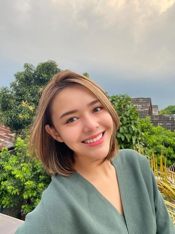 Melansir Kapanlagi.com, Amanda yang ditemui di kawasan Jakarta Selatan menceritakan rencana kuliahnya di luar negeri. Mengingat tahun ini tengah dilanda pandemi Covid-19, ia berharap tahun depan bisa mewujudkannya. (Instagram/amandamanopo)