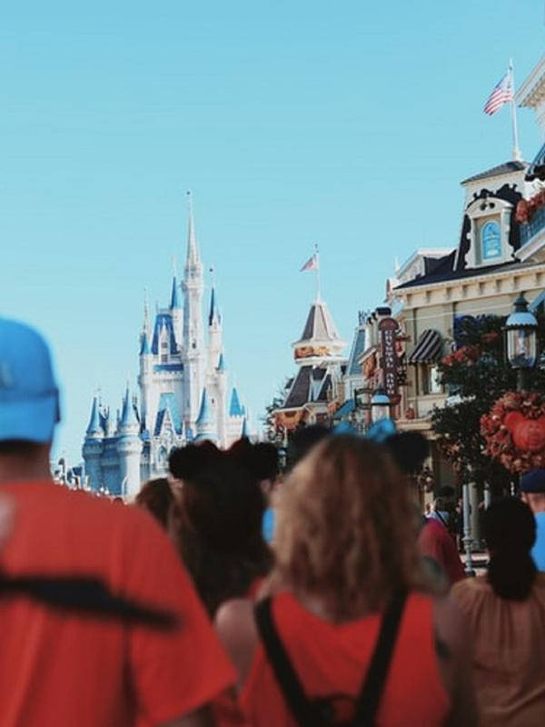 Ramainya pengunjung di Walt Disney World Resort, Orlando, Amerika Serikat (Dok.Unsplash/ Amy Humphries)