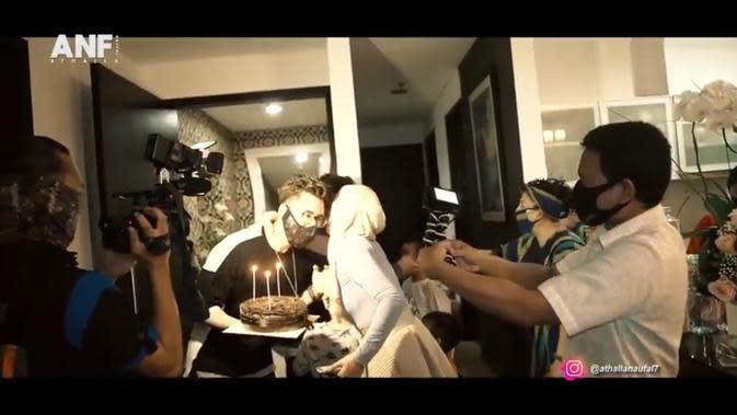 Momen Perayaan Ulang Tahun Venna Melinda ke-48. (Sumber: Instagram/YouTube Athalla Naufal)