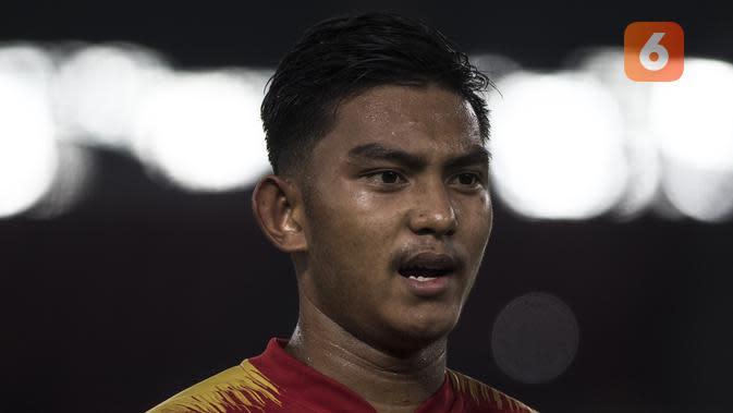 Striker Timnas Indonesia, Rafli Mursalim, menyanyikan lagu Indonesia Raya sebelum melawan Qatar pada laga AFC U-19 Championship di SUGBK, Jakarta, Minggu (21/10). Indonesia kalah 5-6 dari Qatar. (Bola.com/Vitalis Yogi Trisna)